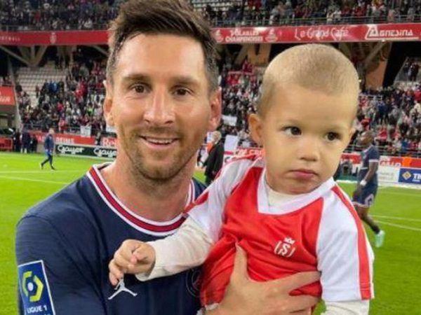 Tin HOT bóng đá 30/8: Đối thủ xin Messi chụp ảnh với con trai